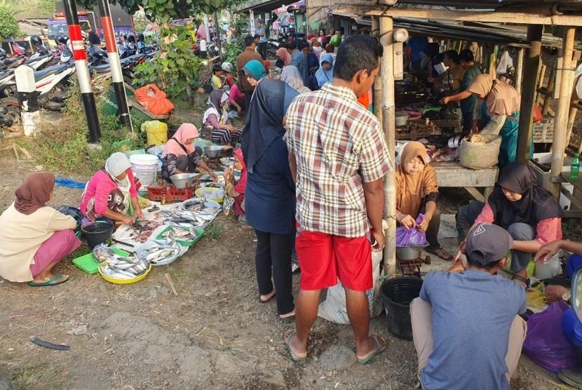 Warga memborong pangan di pasar