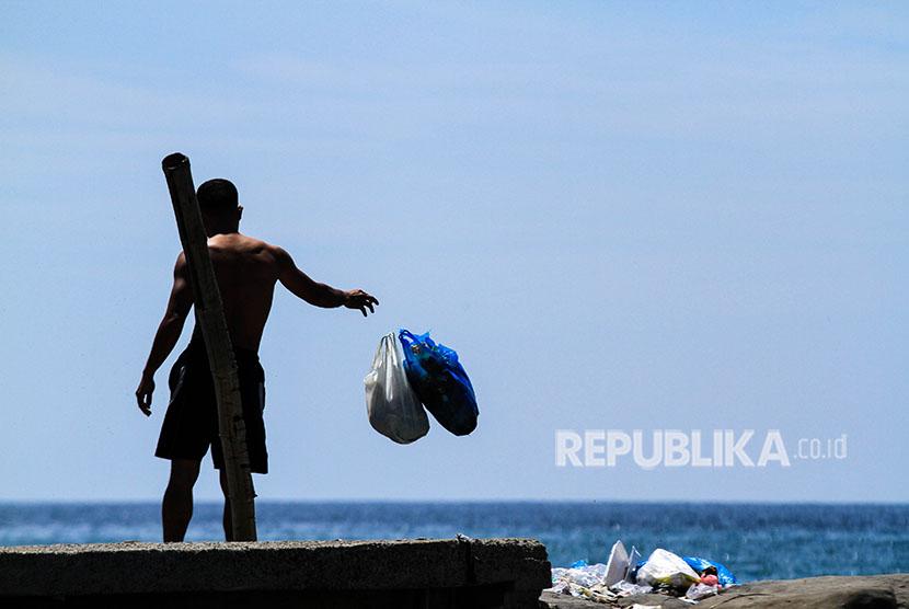 Warga membuang sampah rumah tangga ke area pesisir pantai (ilustrasi)