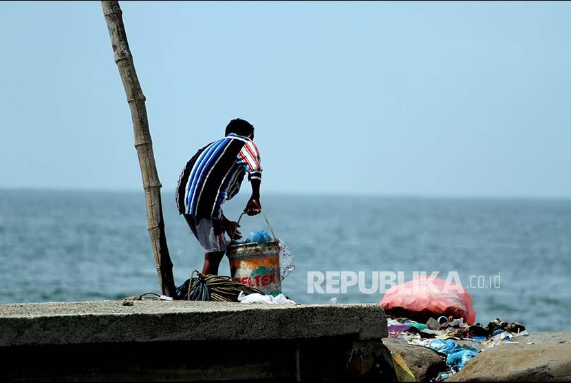 Warga membuang sampah rumah tangga ke laut perairan Lhokseumawe, Provinsi Aceh, Selasa (30/5). Meski dilarang, warga pesisir tetap saja membuang sampah ke laut sehingga mencemari laut dan ekosistem laut.