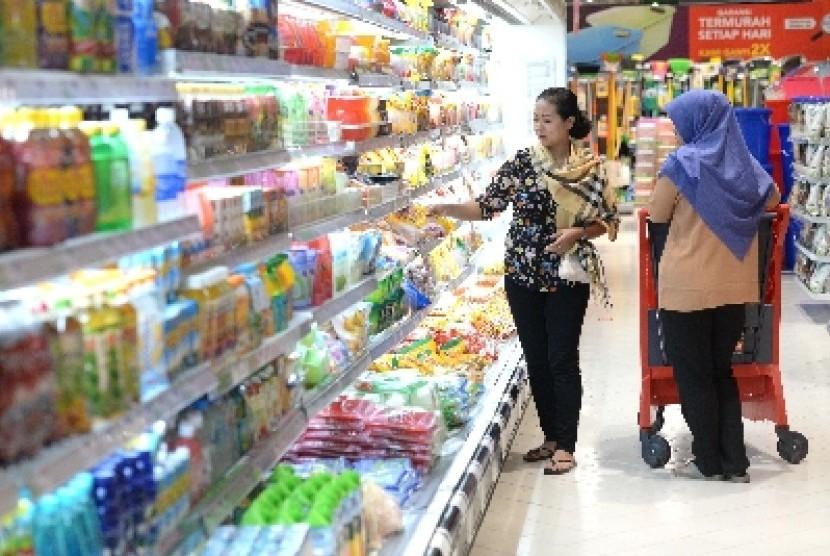 Warga memilih barang di sebuah toko ritel modern. ilustrasi