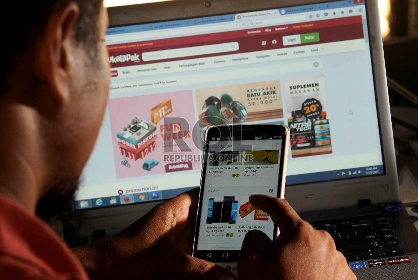 Warga memilih barang menggunakan web aplikasi belanja online di Jakarta, Rabu (25/11).