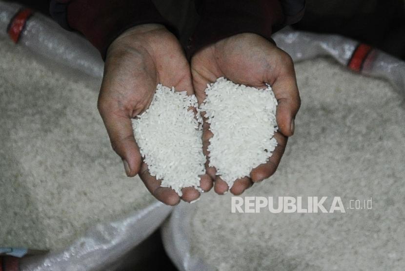 Warga memilih jenis beras di salah satu gudang beras di Jakarta, Senin (11/4).   (Republika/Tahta Aidilla)