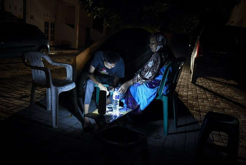 Residents of Ampenan, Mataram build emergency tents and prefer to stay outside their houses following a 6.9-magnitude earthquake that hit Lombok, West Nusa Tenggara province, on Sunday (Aug 19) night.