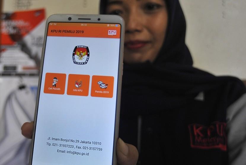 Warga memperlihatkan aplikasi KPU RI pada layar ponsel untuk melakukan pengecekan data diri dalam DPT (Daftar Pemilih Tetap) Pemilu 2019 di Kantor Kelurahan Cipocok, Serang, Banten, Rabu (17/10/2018).