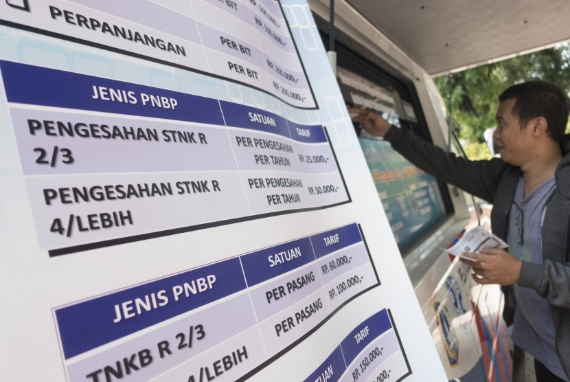 Warga memperpanjang STNK di Samsat Keliling, Jakarta, Selasa (3/1).