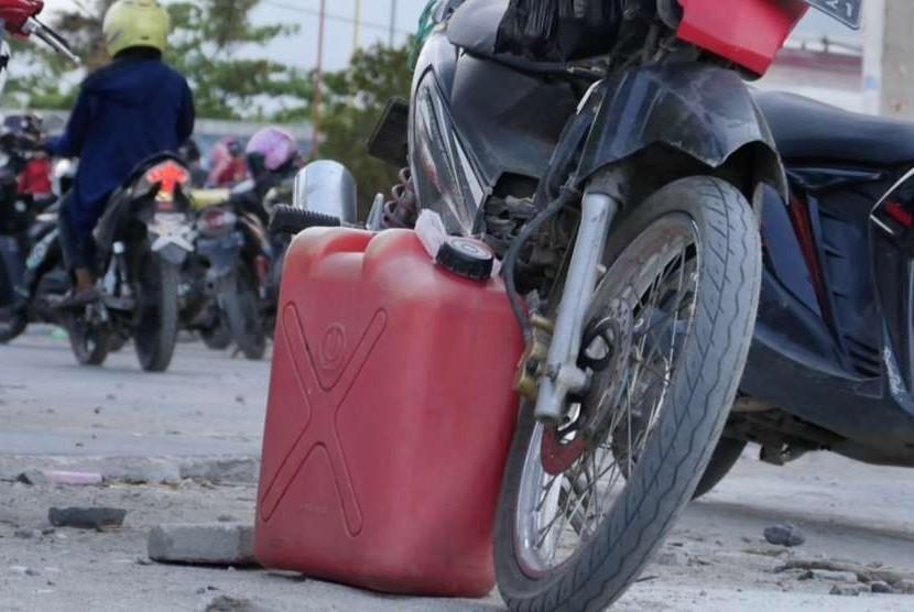 Warga mempersiapkan jerigen untuk membeli Bahan Bakar Minyak (BBM) pascagempa di Palu, Sulteng