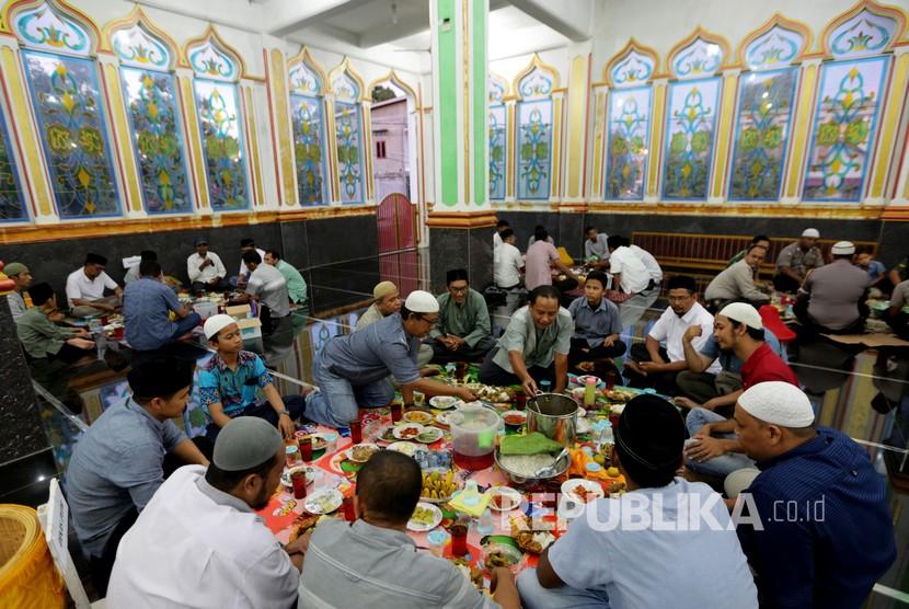 Warga mempersiapkan makanan berbuka pada kenduri Nuzulul Quran di Masjid Raudhatul Jannah, Desa Pango Raya, Banda Aceh, Aceh, Ahad (19/5/2019).