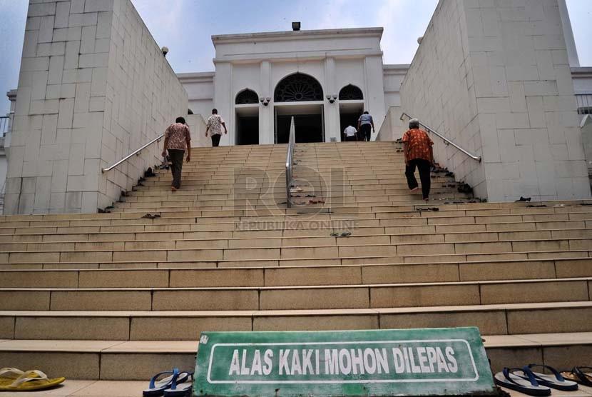 Warga menaiki anak tangga saat akan mengikuti shalat Jumat di Masjid Agung Al-Azhar, Jakarta, Jumat (3/10). (Republika/ Tahta Aidilla)