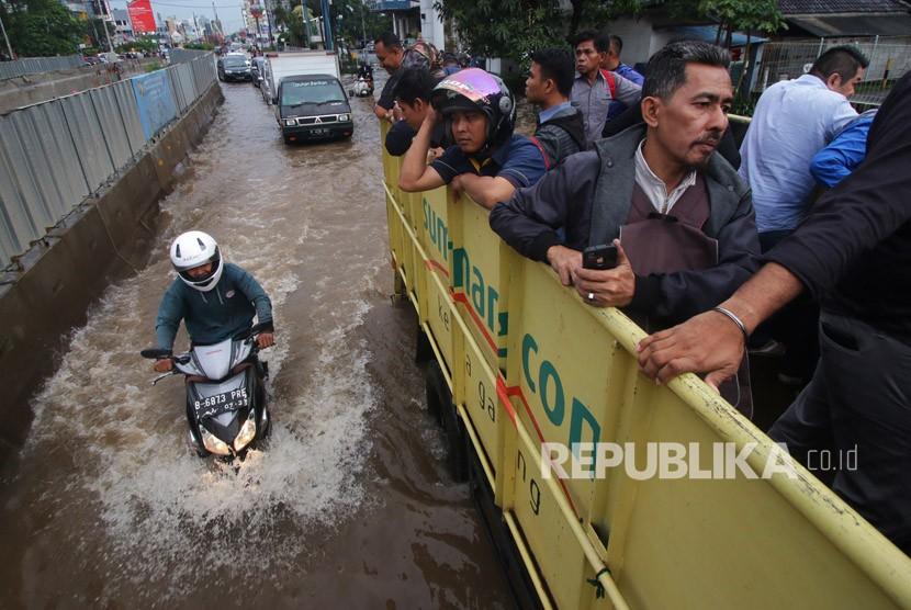 Warga menaiki mobil truk saat banjir di kawasan Kelapa Gading, Jakarta, Kamis (15/2).