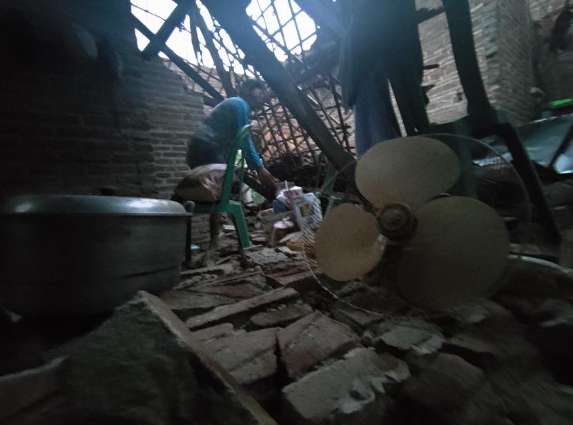 Warga mencari barang berharga yang masih bisa diselamatkan dari tumpukan reruntuhan bangunan rumahnya setelah gempa di Tulungagung, Jawa Timur, Sabtu (10/4/2021). Sebanyak 49 rumah warga dan tempat ibadah yang tersebar di 28 desa di 12 kecamatan dilaporkan rusak akibat gempa yang melanda pesisir selatan Jawa pada Sabtu (10/4 )siang, sekitar pukul 14.00 WIB.