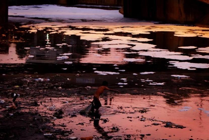 Warga mencari sampah plastik di aliran sungai. Ilustrasi