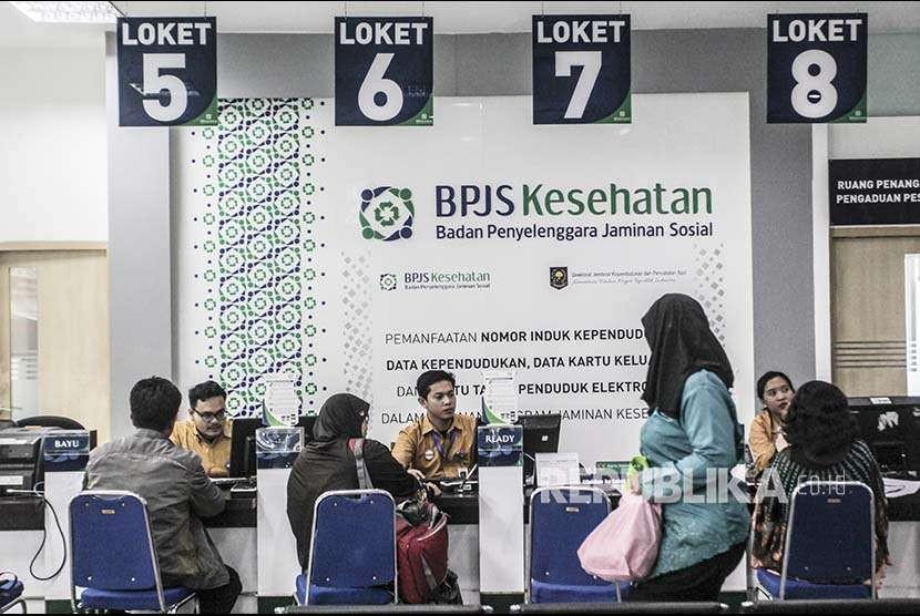Warga mendaftar menjadi peserta Badan Penyelenggara Jaminan Sosial (BPJS) Kesehatan di Kantor Cabang BPJS Kesehatan Jakarta Selatan. BPJS Kesehatan masih didera masalah defisit keuangan.