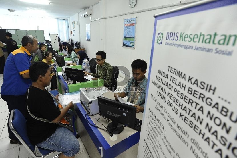 Warga mendaftar sebagai peserta BPJS Kesehatan perseorangan. ilustrasi