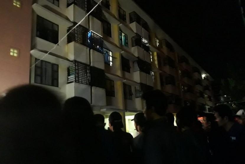 Warga mendatangi lokasi ledakan bom di Rusunawa Wonocolo, Sepanjang, Sidoarjo, Ahad (13/5).