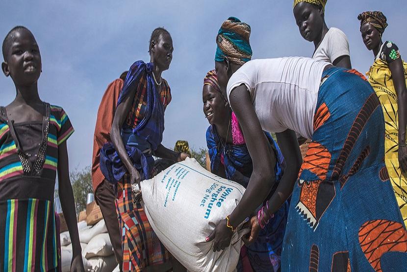 Warga mendistribusikan makanan di Pieri, Sudan Selatan. World Food Programe mendistribusikan makanan kepada 29 ribu warga dimana 6.600 diantaranya adalah anak-anak di bawah umur lima tahun.