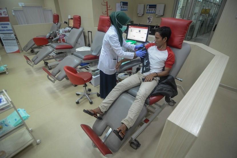 Warga mendonorkan darahnya di PMI Kota Bandung, Jawa Barat, Senin (6/5/2019).