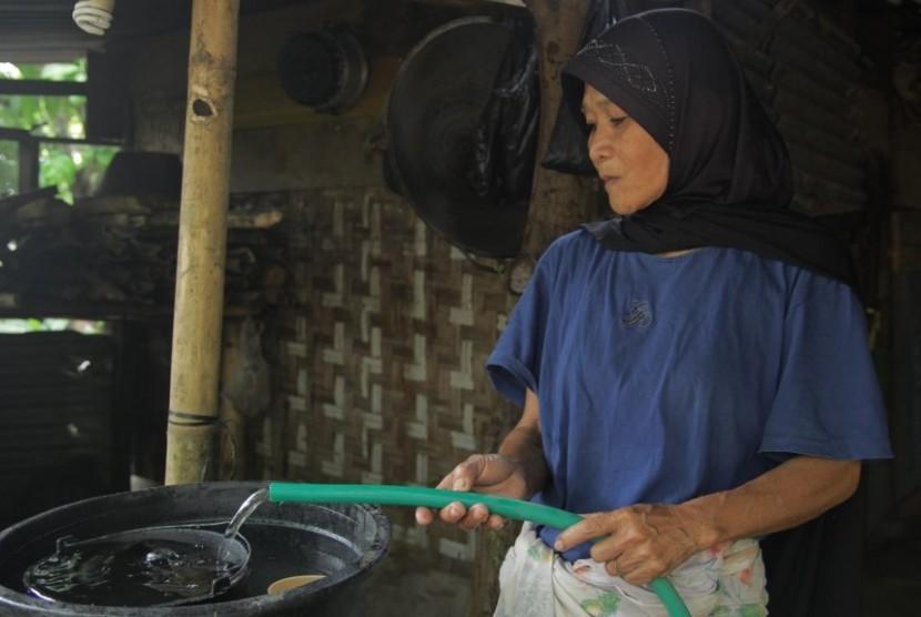 Warga mengalirkan air dari instalasi yang dibangun Dompet Dhuafa di Dusun Nyiur Setinggi, Desa Sambik Bangkol, Kecamatan Gangga, Kabupaten Lombok Utara.