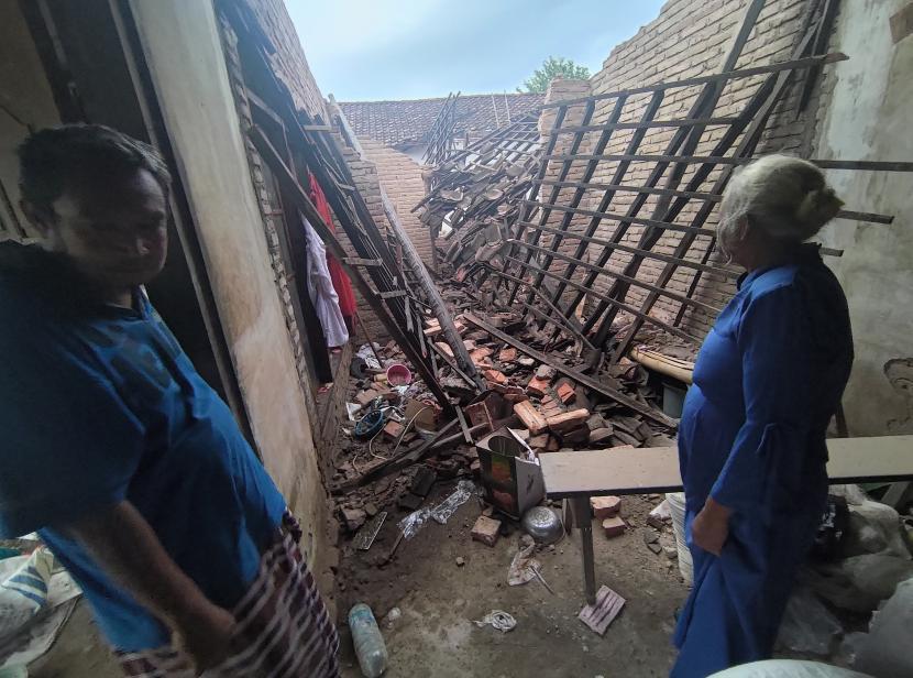 Warga mengamati kondisi rumahnya yang rusak pascagempa di Tulungagung, Jawa Timur, Sabtu (10/4/2021). Sebanyak 49 rumah warga dan tempat ibadah yang tersebar di 28 desa di 12 kecamatan dilaporkan rusak akibat gempa yang melanda pesisir selatan Jawa pada Sabtu (10/4 )siang, sekitar pukul 14.00 WIB.