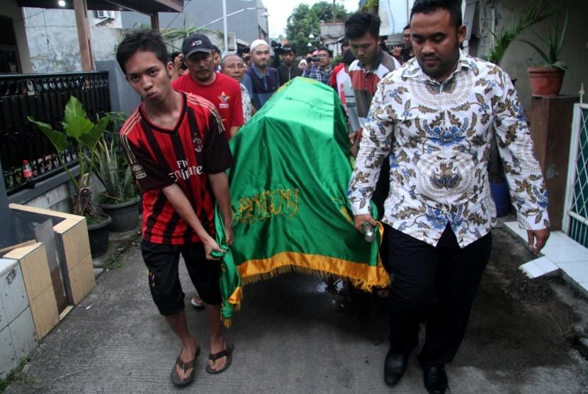 Warga mengangkat jenazah seorang petugas Kelompok Penyelenggara Pemungutan Suara (KPPS) Pemilu serentak 2019 yang meninggal dunia usai mendapatkan perawatan di rumah sakit untuk dimakamkan di Bekasi, Jawa Barat, Selasa (23/4).