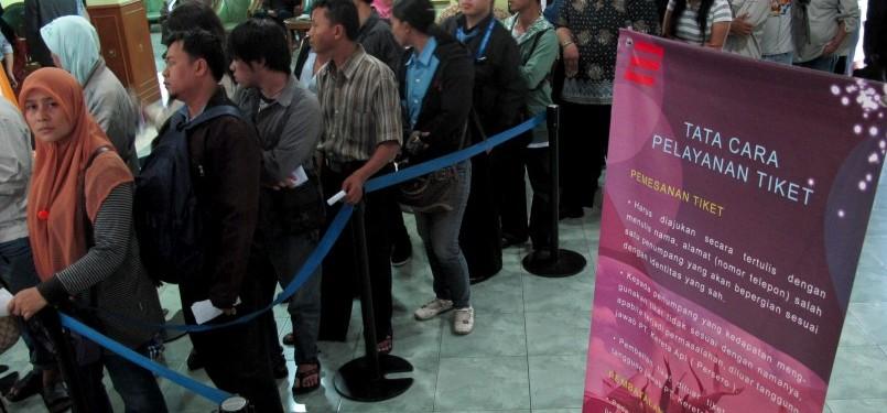 Warga mengantre di loket tiket Stasiun Surabaya Kota, Gubeng, Surabaya, Selasa (26/7). Menjelang H -6 Ramadhan, tiket KA sudah terjual habis hingga H+4 Lebaran.