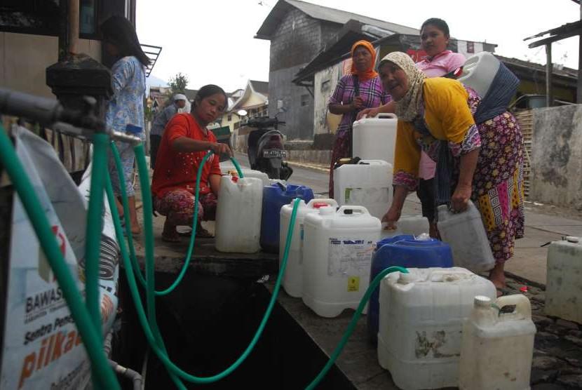 Warga mengantre mendapatkan air bersih di tempat penyaluran air kawasan lembah Gunung Sindoro-Sumbing Desa Kledung, Temanggung, Jawa Tengah, Jumat (14/9).