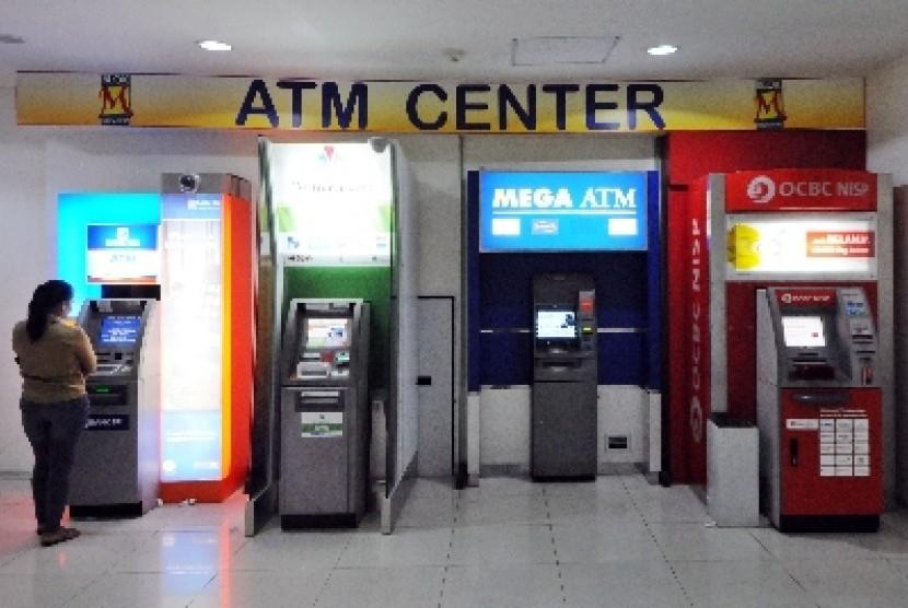 Warga menggunakan ATM. (ilustrasi)