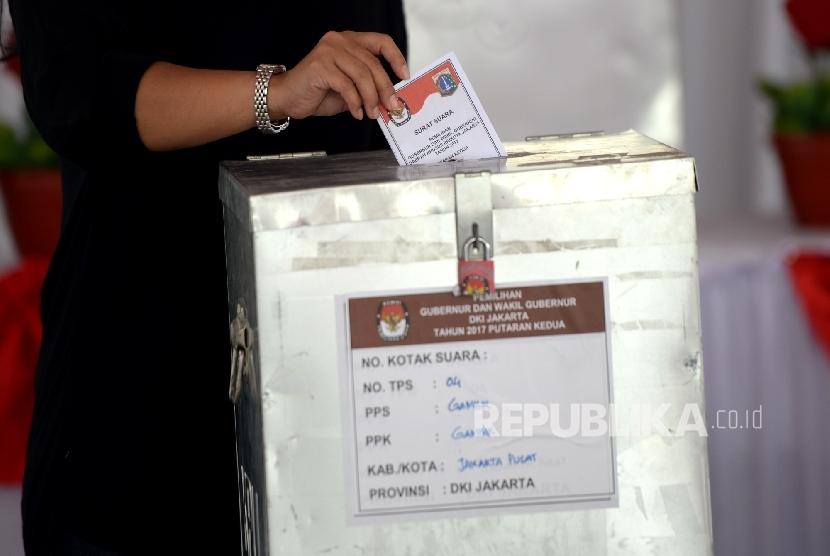 Warga menggunakan hak pilih pada Pilkada DKI Jakarta putaran ke-2 di TPS IV Gambir, Jakarta Pusat, Rabu (19/4)
