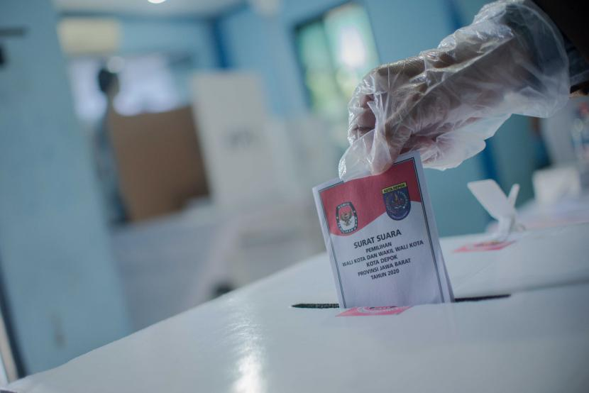 Warga menggunakan hak pilihnya saat pilkada serentak 2020 di Tempat Pemungutan Suara (TPS) 56, Mekarjaya, Depok, Jawa Barat.
