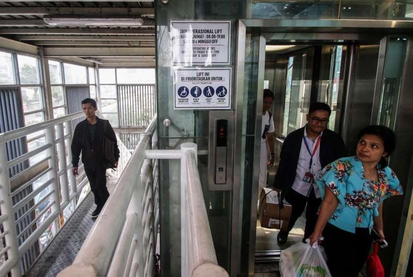 Warga menggunakan lift di Jembatan Penyeberangan Orang (JPO) Tosari, Jakarta, Kamis (27/9).