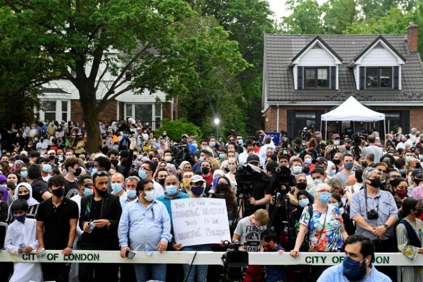 Warga menghadiri peringatan keluarga Muslim yang ditabrak di luar Masjid London Muslim, London, Kanada, Selasa (8/6). Polisi mengatakan penabrakan itu didasari kebencian.