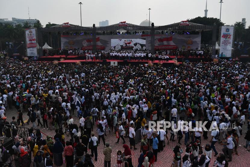 Warga mengikuti Festival Damai dan Millennial Safety Road di Monas, Jakarta Pusat, Ahad (23/6/2019).