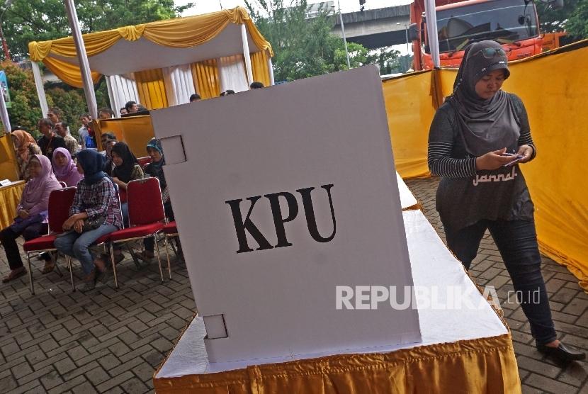 Warga mengikuti simulasi pilkada DKI Jakarta di Kantor Kecamatan Jatinegara, Jakarta,Kamis (2/2).