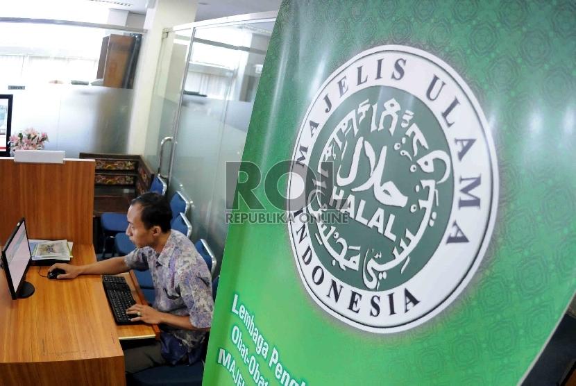 Warga mengisi formulir sertifikasi halal secara online di kantor Lembaga Pengkajian Pangan Obat-obatan dan Kosmetika Majelis Ulama Indonesia (LPPOM MUI) Jakarta.