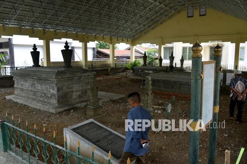 Warga mengunjungi objek wisata sejarah situs cagar budaya Kandang Meuh, Kesultanan Aceh Darussalam di Banda Aceh, Aceh, Sabtu (28/11/2020).