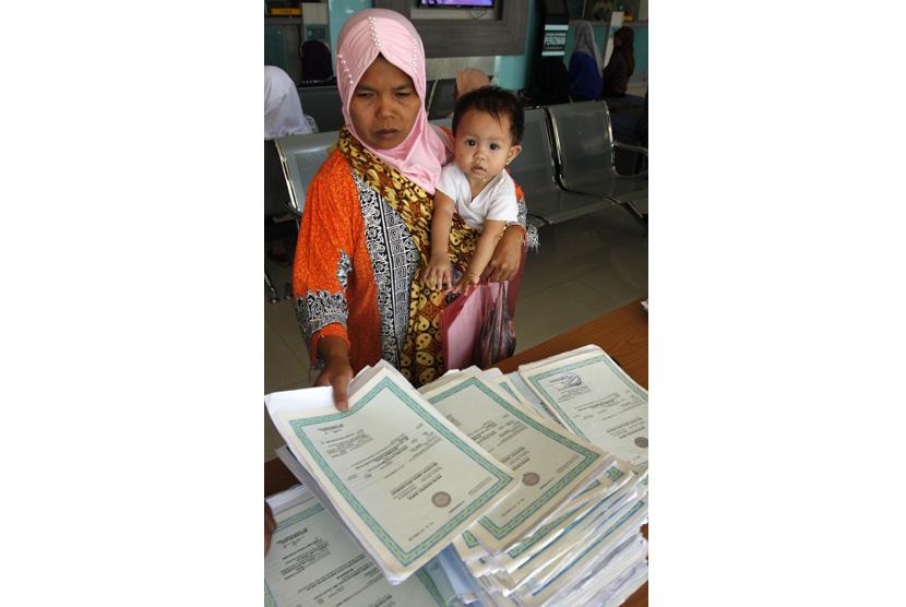 Warga mengurus akte kelahiran anak di Dinas Kependudukan dan Catatan Sipil.  (ilustrasi)