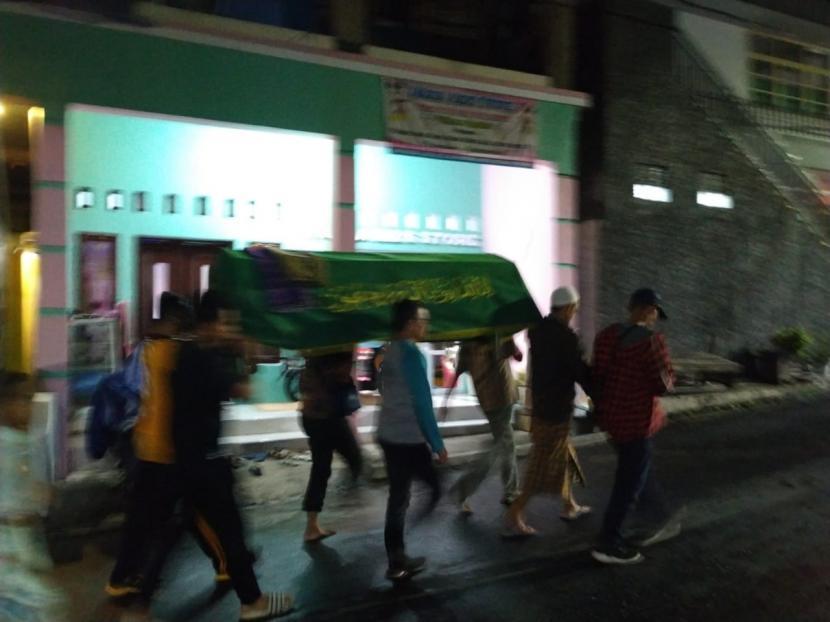 Warga mengurus jenazah  korban meninggal dunia karena tersambar petir di Kota Tasikmalaya, Jumat (11/4).