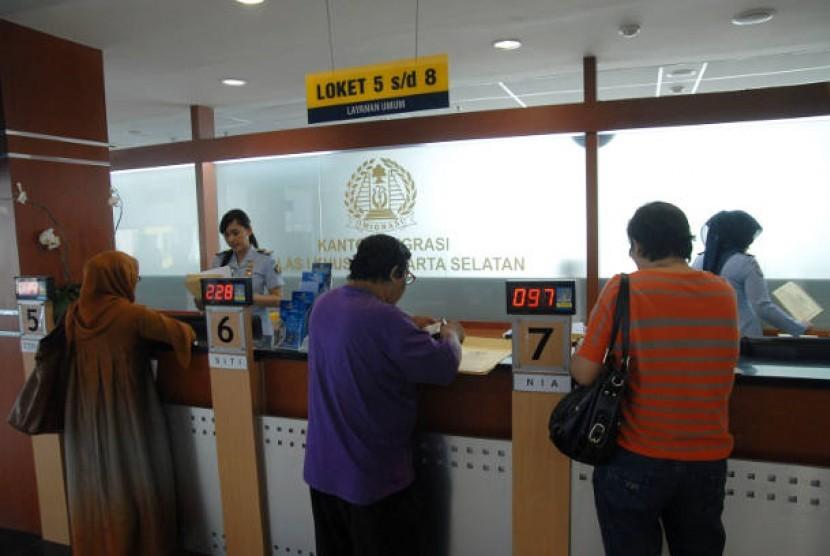 Warga mengurus paspor di Kantor Imigrasi Jakarta Selatan (ilustrasi)