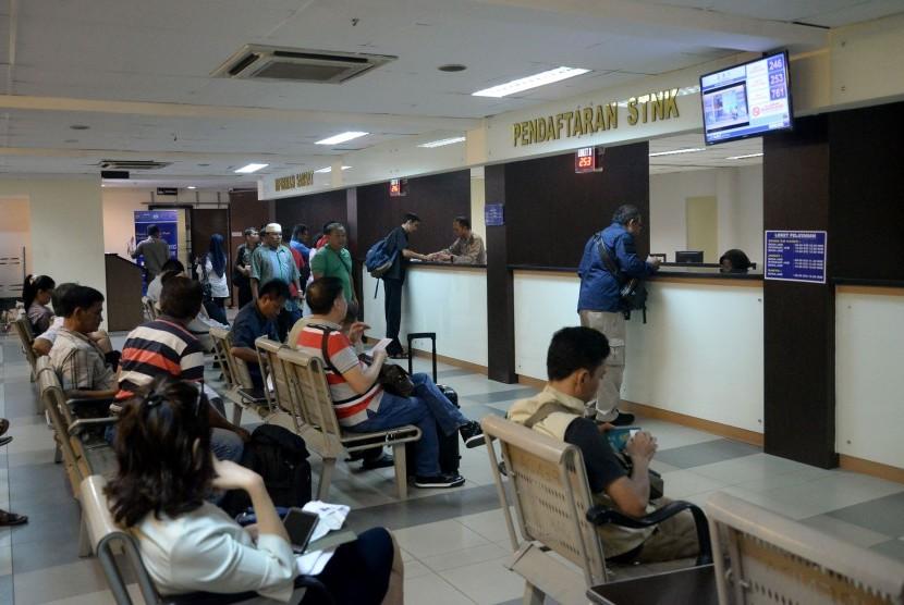 Warga mengurus surat-surat kendaraan di Samsat Polda Metro Jaya, Senin (15/5). (Ilustrasi)