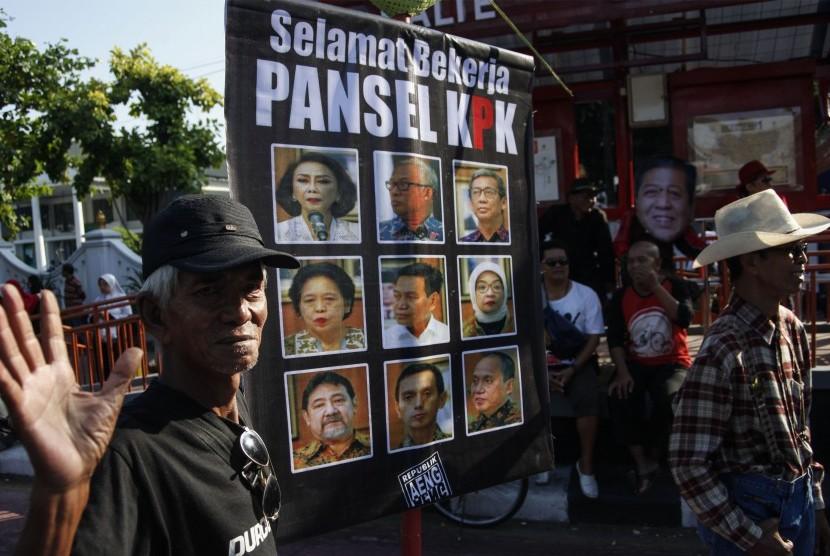 Warga mengusung poster bertuliskan Selamat Bekerja Pansel KPK pada Hari Bebas Kendaraan Bermotor (HBKB) di Solo, Jawa Tengah, Ahad (16/6/2019).