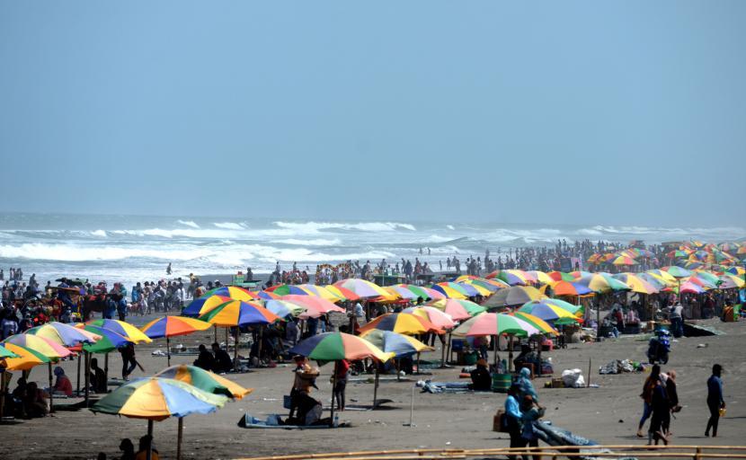 Warga menikmati hari libur lebaran di Pantai Parangtritis, Bantul, Yogyakarta, Ahad (16/5).