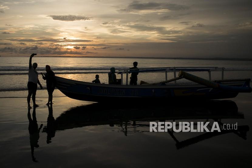 Warga menikmati suasana sore di Pantai Barat Pangandaran, Jawa Barat, Rabu (28/11/2018).