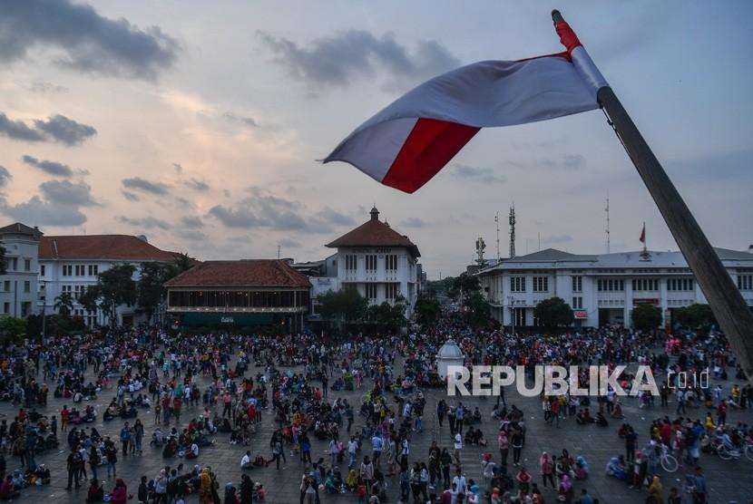Warga menikmati wisata Kota Tua di Jakarta Barat, Jumat (7/6/2019).