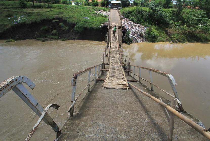 Jembatan rusak (ilustrasi).