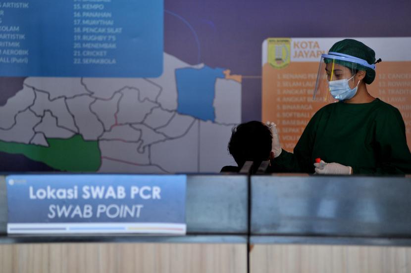 Warga menjalani tes Covid-19 berbasis PCR di Bandara Internasional I Gusti Ngurah Rai, Badung, Bali, Sabtu (21/8).