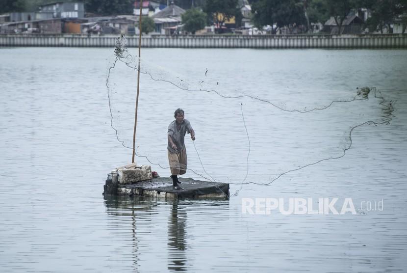 Nelayan menjaring ikan