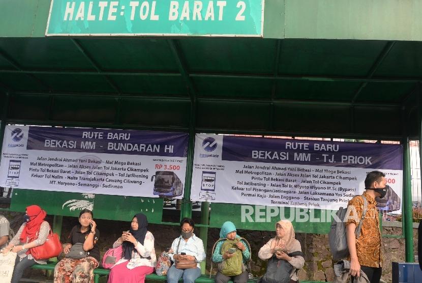 Warga menunggu bus TransJakarta di halte Tol Barat 2, Bekasi, Jabar. (Republika/ Yasin Habibi)