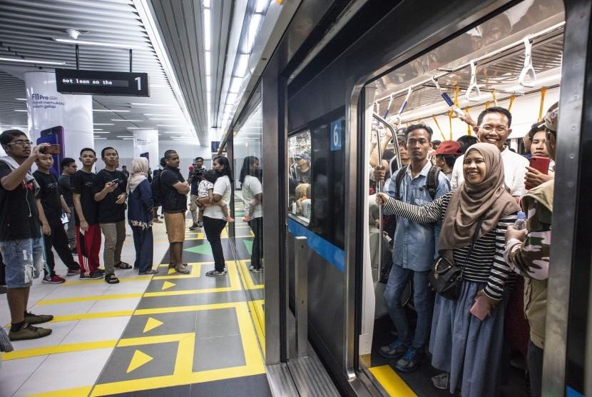 Warga menunggu keberangkatan kereta MRT di Stasiun MRT Bundaran HI, Jakarta, Ahad (24/3).