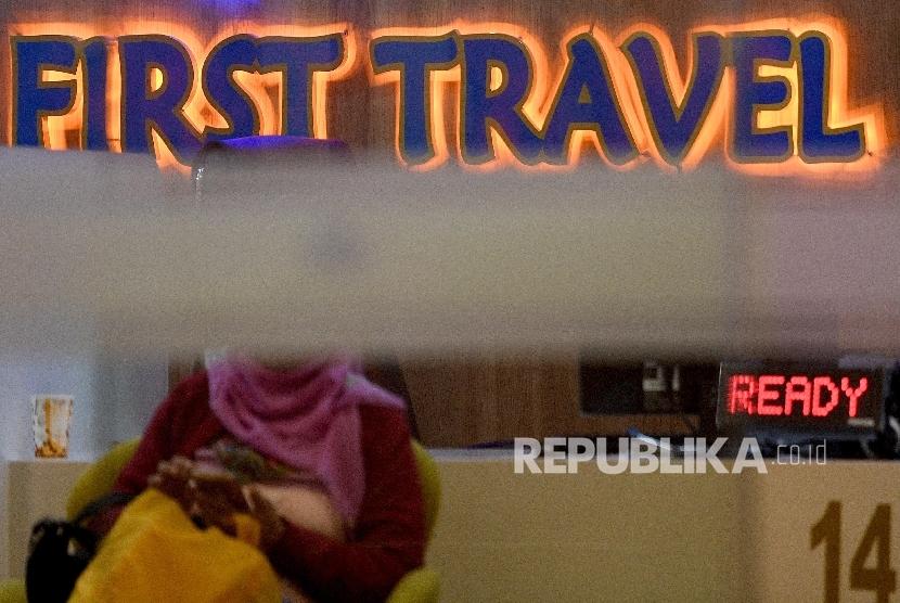 Warga menunggu mengurus pengembalian dana atau refund terkait permasalahan umroh promo di Kantor First Travel, Jakarta Selatan, Rabu (26/7).