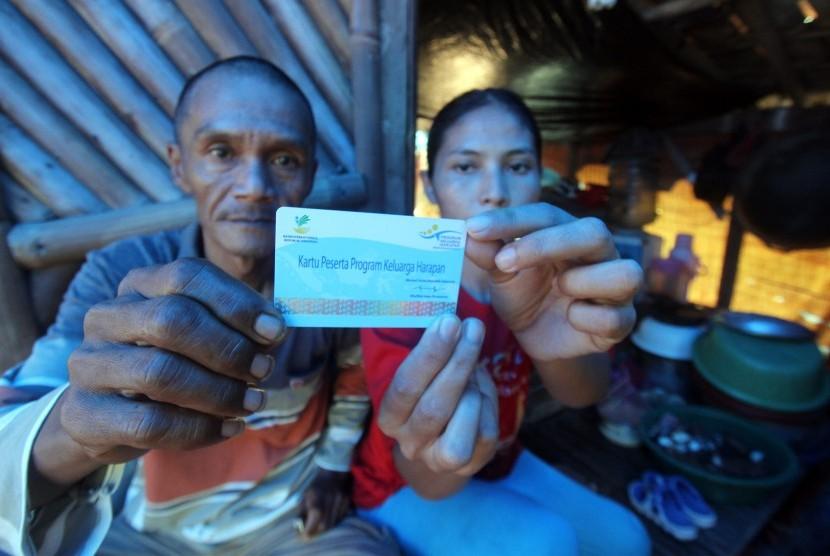 Warga menunjukan kartu peserta Program Keluarga Harapan (PKH)