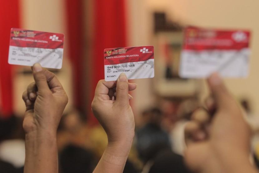 Warga menunjukan kartu Program Keluarga Harapan (PHK). (Ilustrasi)